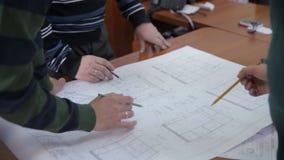 工作与图纸一起的工程师队在书桌 影视素材