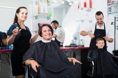 工作与妇女的高兴的妇女美发师 免版税库存照片