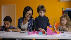 工作与学龄前类的孩子的老师 股票录像