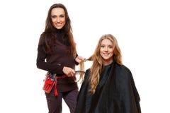 工作与客户机的美发师 免版税库存图片