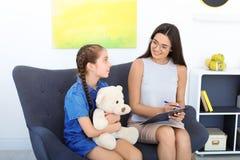 工作与小女孩的儿童心理学家 免版税库存照片