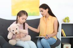 工作与小女孩的儿童心理学家 免版税库存图片