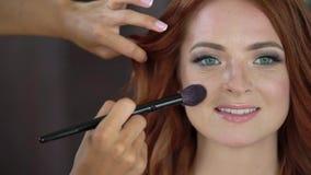 工作与美丽的少妇的专业化妆师 股票录像