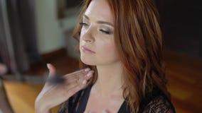 工作与美丽的少妇的专业化妆师 股票视频