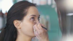 工作与美容院的客户的化妆师和美发师 股票视频