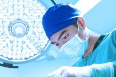 工作与艺术照明设备和蓝色过滤器的一位兽医医生运转中室作为 免版税图库摄影
