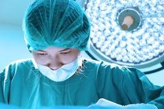 工作与艺术照明设备和蓝色过滤器的一位兽医医生运转中室作为 库存照片
