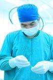 工作与艺术照明设备和蓝色过滤器的一位兽医医生运转中室作为 免版税库存图片