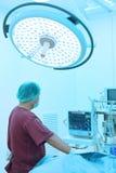 工作与艺术照明设备和蓝色过滤器的兽医助理运转中室作为 库存图片