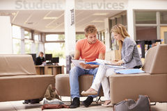 工作与辅导者的男性大学生 免版税库存照片