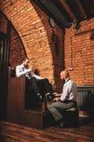 工作与他的客户的秃头工匠 免版税库存图片