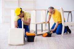 工作两位承包商的木匠户内 图库摄影