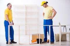 工作两位承包商的木匠户内 免版税库存图片