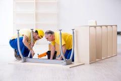 工作两位承包商的木匠户内 免版税图库摄影