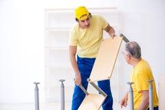 工作两位承包商的木匠户内 库存照片
