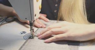 工作为一台缝纫机的女孩裁缝 股票录像