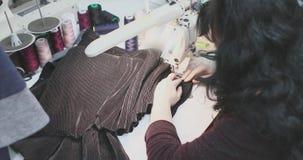 工作为一台缝纫机的女孩裁缝 股票视频