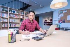 工作为企业paln的年轻亚裔企业家 库存照片