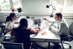 工作为时尚的队讨论新问题 免版税库存照片