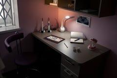 工作书桌医生在牙齿办公室 免版税库存图片