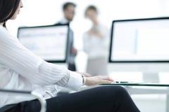 工作书桌的特写镜头在一个现代办公室 到达天空的企业概念金黄回归键所有权 免版税库存照片