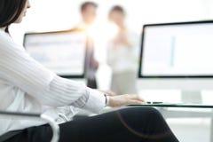 工作书桌的特写镜头在一个现代办公室 到达天空的企业概念金黄回归键所有权 免版税图库摄影