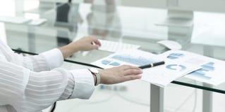 工作书桌的特写镜头在一个现代办公室 到达天空的企业概念金黄回归键所有权 免版税库存图片