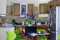 工作从家,卖从厨房用桌,拍摄了10/2017 免版税库存照片