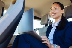 工作从汽车的可爱的确信的女实业家 免版税图库摄影