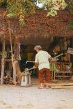 工作从竹子的老妇人 免版税库存图片