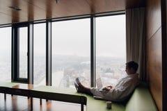 工作从膝上型计算机的家的年轻人自由职业者 图库摄影