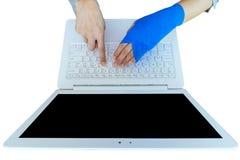 工作伤害 与蓝色有弹性绷带o的受伤的妇女手痛处 免版税图库摄影