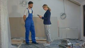 工作使用在建筑工地的片剂的建筑经理和工程师 股票视频