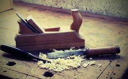工作凳在与飞机和凿子的木匠业里 库存图片
