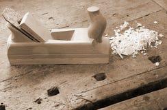 工作凳在与飞机的老木匠业里 免版税库存照片