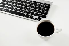 工作办公室地方 与键盘的咖啡在白色背景 免版税库存图片