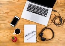 工作办公室的便携式的设定在木桌面上 免版税图库摄影