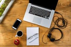 工作办公室的流动设定在有壁角风的木桌面上 免版税库存图片