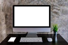 工作区有台式计算机和智能手机的大模型书桌 免版税图库摄影
