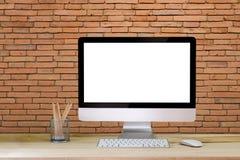 工作区桌面大模型、台式计算机和办公用品 免版税库存照片