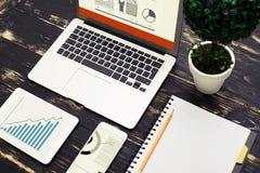 工作区顶视图与膝上型计算机,智能手机,片剂个人计算机的 免版税库存照片