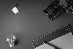 工作区顶视图在创造性的设计师或p的黑暗的桌上的 免版税图库摄影