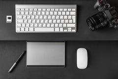 工作区顶视图在创造性的设计师或p的黑暗的桌上的 免版税库存照片
