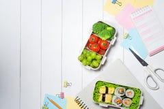 工作午餐在工作地点 在办公室的塑胶容器 免版税库存照片