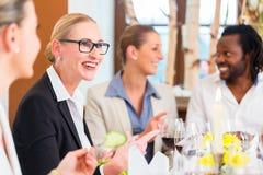 工作午餐在餐馆用食物和酒 免版税库存照片