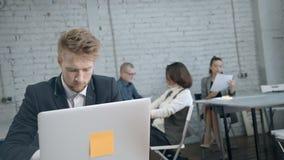 工作反对backgroun的同事的专业商人 影视素材