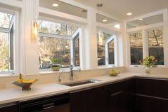工作台面厨房许多视窗 图库摄影