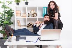 工作和事业 现代企业夫妇运作的办公室 商人概念 企业夫妇在办公室 ?? 免版税库存照片
