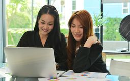 工作和使用膝上型计算机的亚裔女商人在会议室 库存照片