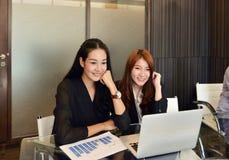 工作和使用膝上型计算机的亚裔女商人在会议室 免版税图库摄影